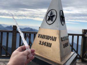Băng giá xuất hiện trên đỉnh Fansipan khiến du khách thích thú
