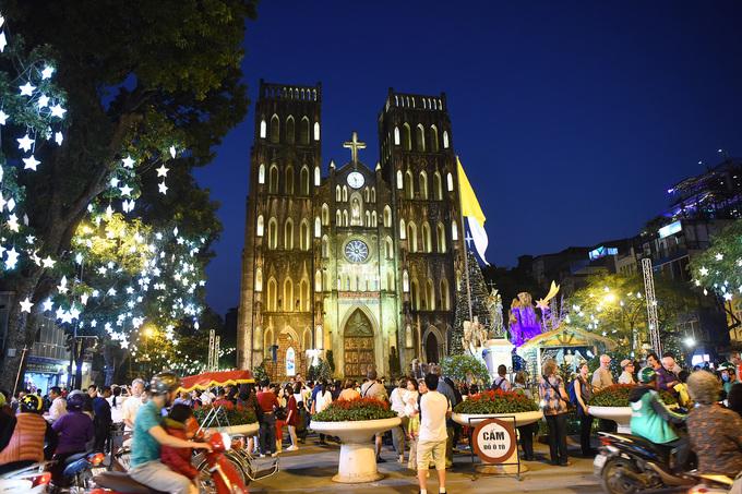Đường phố Hà Nội lung linh đèn màu dịp Giáng sinh