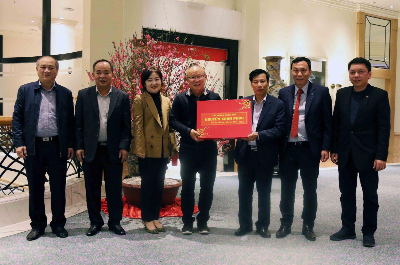 HLV Park Hang-seo nhận quà tặng của Thủ tướng Nguyễn Xuân Phúc trước khi về nước ăn Tết