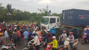 Xe container 'điên' tông hàng loạt xe máy như… sóng thần!