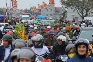 Đi Chợ Viềng cầu may, người xe chen chúc nghẹt thở, chôn chân hàng giờ