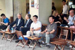Hình ảnh Tổng thống Argentina ngồi ở quán cà phê vỉa hè Hà Nội gây sốt