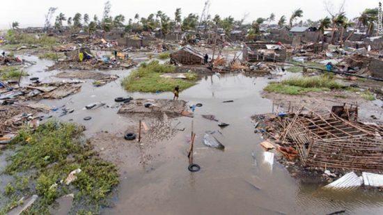 Khung cảnh tan hoang trên con đường cơn bão đi qua tại thành phố cảng Beira. Ảnh:AP.