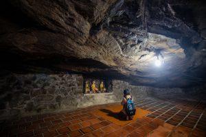Khám phá ngôi chùa 400 tuổi nằm trong hang núi lửa