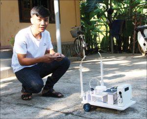 Học sinh tự chế robot phun thuốc sâu, bảo vệ sức khỏe người nông dân