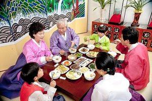 7 quy tắc trên bàn ăn của người Hàn Quốc