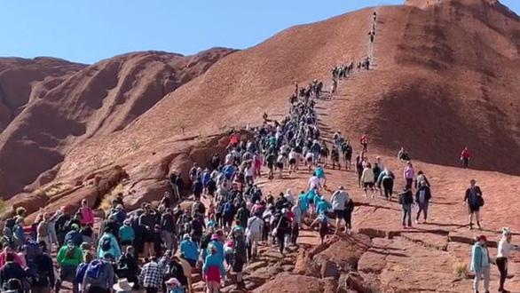 Hàng ngàn du khách đổ đến núi thiêng Uluru leo lần cuối