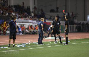 Huấn luyện viên Park Hang-seo nhận thẻ đỏ vì lỗi gì?