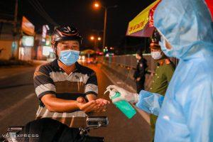 Kiểm dịch ngày lẫn đêm ở cửa ngõ Sài Gòn