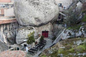 Chuyện khó tin cả ngôi làng làm nhà sống trong tảng đá