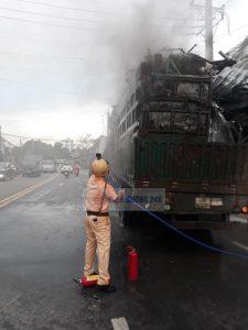 CSGT Bình Dương kịp thời chữa cháy, cứu lại tài sản cho tài xế container