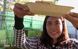 Cô gái trẻ về làng biến rơm rạ bỏ đi thành thứ có thể kiếm tiền