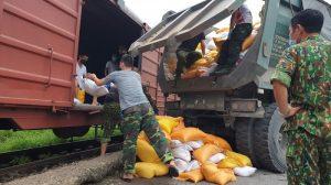 Chùm ảnh: Đường sắt lập tàu riêng chở hàng hỗ trợ TP. HCM của tỉnh Hòa Bình