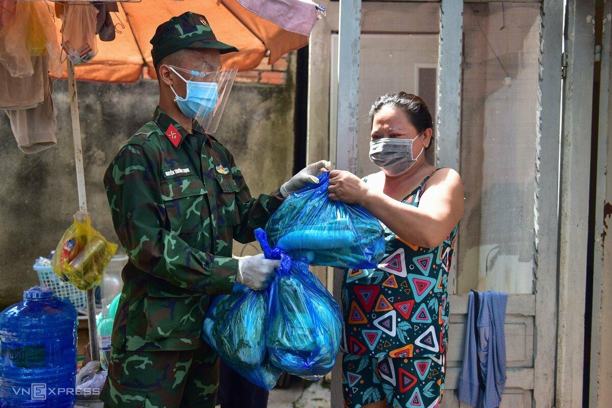 Bộ đội trao thực phẩm tận nhà dân