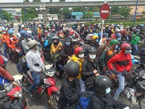 Người dân TP HCM ùn ùn chạy xe máy về quê
