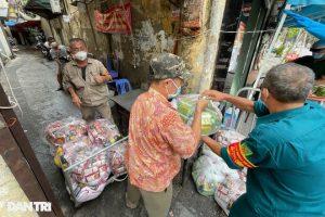 Nếm trải cuộc sống trong khu vực phong tỏa 1.300 dân ở Hà Nội