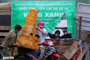 """Nhiều ngõ phố Hà Nội bị chặn """"cứng"""" để siết việc ra đường của người dân"""