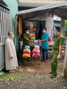 Hóc Môn – TP Hồ Chí Minh: Những phần quà cứu trợ ấm lòng tình quân dân mùa dịch