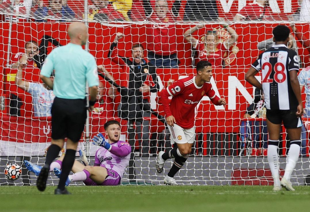 Ronaldo lập cú đúp, Mu lên đỉnh bảng