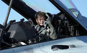 Tổng thống Hàn Quốc ngồi chiến đấu cơ dự khai mạc triển lãm quốc phòng