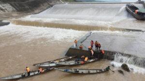 Đoàn công tác Sở GTVT mắc kẹt giữa đập tràn đã vào bờ, 1 người vẫn mất tích