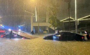 Miền Trung mưa lớn kéo dài, nhiều tuyến đường ngập trong nước lũ