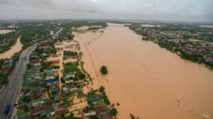 Mưa lũ miền Trung: 1 người chết, 3 người mất tích; hơn 16.000 nhà dân chìm trong biển nước