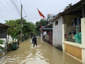 Nhiều nhà dân ngoại thành Hà Nội bị ngập