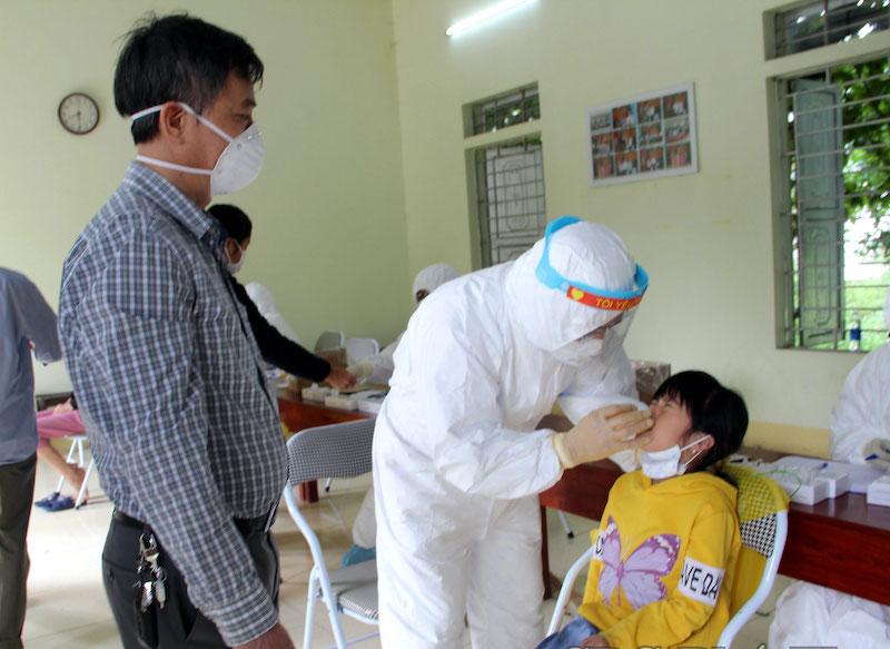 Sáng 18/10:Phát hiện 45 học sinh trong một trường mắc COVID-19; Gỡ bỏ chốt BV Việt Đức