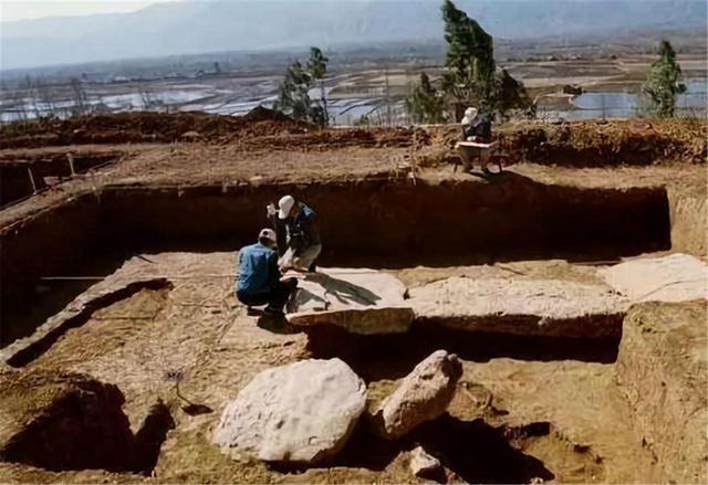 Xẻ núi khai quật mộ, chuyên gia tá hoả phát hiện 'thú gác mộ '