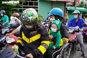 Ảnh: Những đứa trẻ theo cha mẹ vượt trăm cây số về quê bằng xe máy